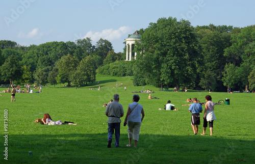 Munich d tente dans le jardin anglais au coeur de la for Jardin anglais munich naturisme