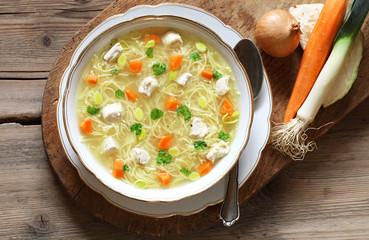 Hühnersuppe, rustikal mit frischem Gemüse