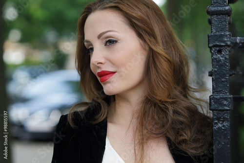 Wall mural portrait jolie femme active brune cheveux longs