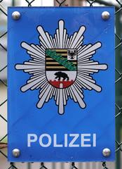 Schild am Zaun eines Polizeireviers in Magdeburg