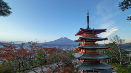 Fototapete - 4K Timelapse of Mt. Fuji with Chureito Pagoda at sunrise in autumn, Fujiyoshida, Japan