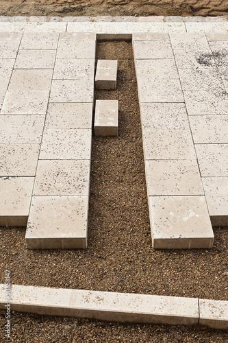 Strassenbau und Wegebau - Verlegen von Gehwegplatten aus Beton ...