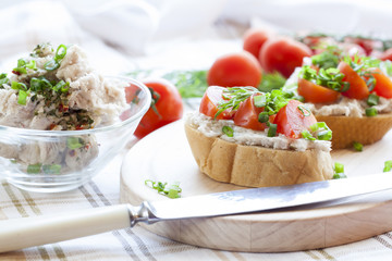 Sandwich with raw tomatoes for breakfast, great for those nice days.