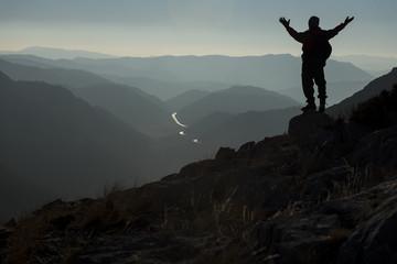 dağların zirvesindeki maceraperest