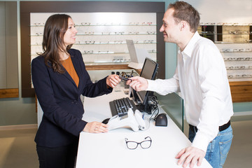 Brillen bezahlen im Optikerladen