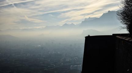 Couple d'amoureux sur la Bastille devant le panorama grenoblois dans la brume