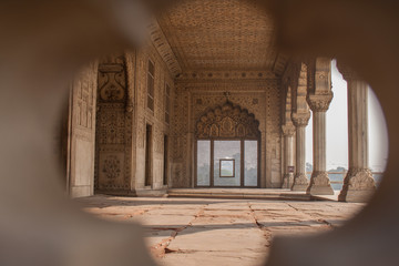 Foto auf Leinwand Befestigung Looking through the white filigree of the Lal Quila, Red Fort in