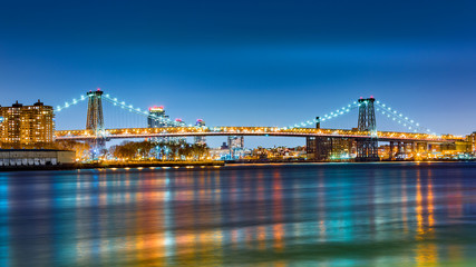 Fototapete - Williamsburg bridge by night, spanning East River between Brooklyn and Manhattan
