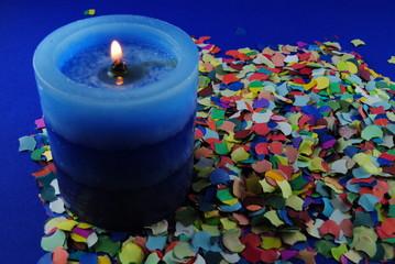 Faschingsdeko mit blauer Kerze