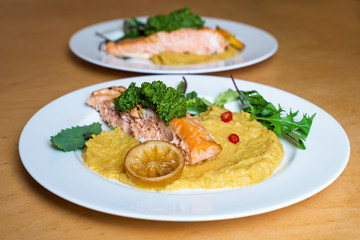 Grilled salmon with fresh salad leaf and lemon