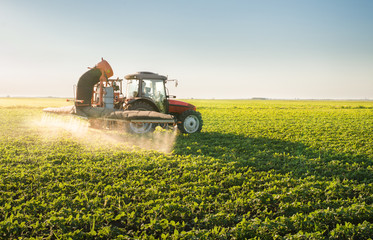 Fotomurales - Tractor spraying pesticides