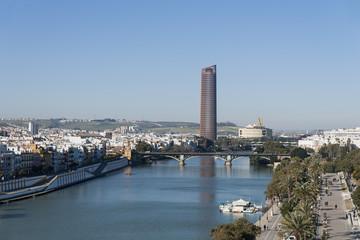 El río Guadalquivir pasando por la ciudad de Sevilla, Andalucía