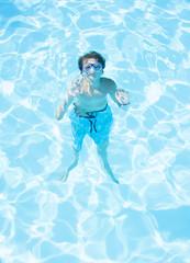 bambino sott'acqua con maschera  visto da fuori acqua
