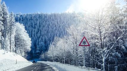 Verschneite Bergstraße im Schwarzwald