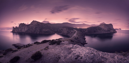 Photo sur Plexiglas Aubergine Beautiful night landscape with mountains, sea and starry sky
