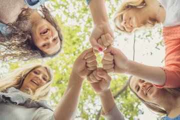 Vier junge Frauen schwören sich ein