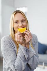 frau liebt orangen