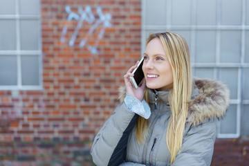 frau in der stadt telefoniert mit ihrem smartphone