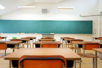 School classroom in Japan / 学校の明るい教室と黒板(中学校・高校)