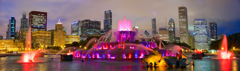 Photo sur Toile Chicago Chicago skyline panorama with Buckingham Fountain at night, United States