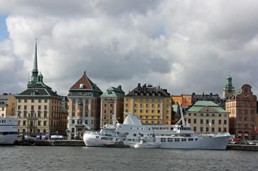 Stockholm, belles maisons colorées dans le port de la capitale suédoise