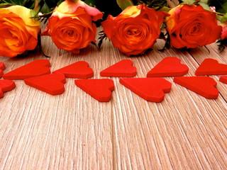 Gelb-Rote Rosen mit Roten Herzen