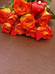 Rosenstrauch mit Geschenk auf Holzhintergrund