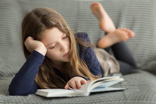 Mädchen liest Buch