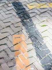 Farbstreifen auf Straßenpflaster