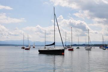 Seegelboote Starnberger See mit Alpenpanorama