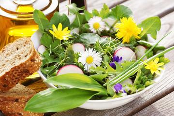 Salat aus Wildkräutern/Frühlingskräutern mit Blüten, Essig und Öl