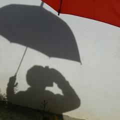 Sombra de paraguas rojo