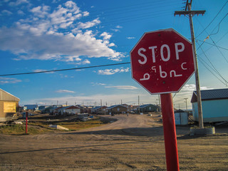 Photo sur Toile Pôle stop sign in a small Canadian Arctic community