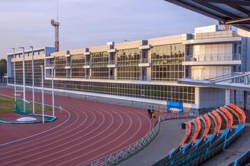 Foto op Aluminium Stadion Легкоатлетический стадион. Беговые дорожки. Застекленная стена здания.