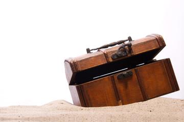 Schatztruhe geöffnet im Sand