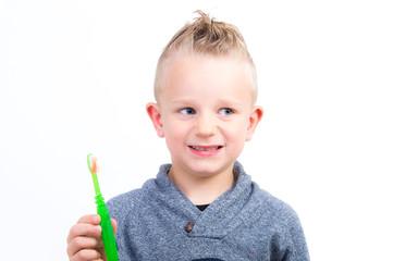 kind mit zahnbürste