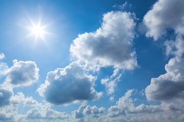 herzförmige Wolke am blauen Himmel