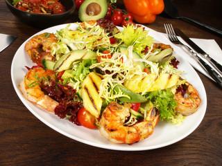 Gemischter Salat mit Scampi und Mango