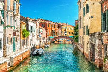 Fotorollo Venedig Narrow canal in Venice, Italy.