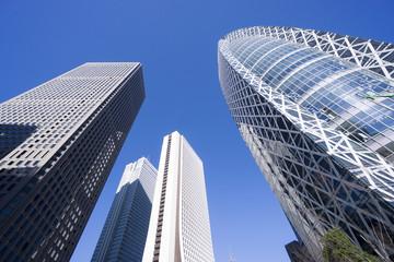 新宿高層ビル群 見上げる 抜けるような青空