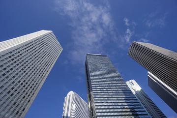 快晴青空 新宿高層ビル群を見上げる 超広角