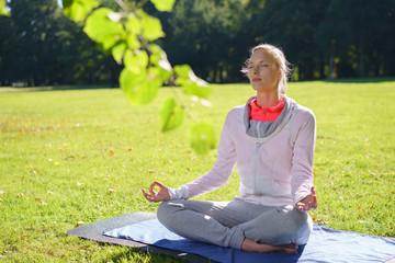 frau praktiziert yoga im park