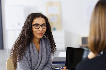 lächelnde geschäftsfrau am arbeitsplatz im büro