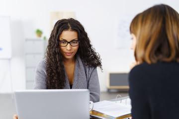 frau kolleginnen besprechen ein projekt am laptop