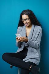 frau schreibt eine sms auf ihrem smartphone