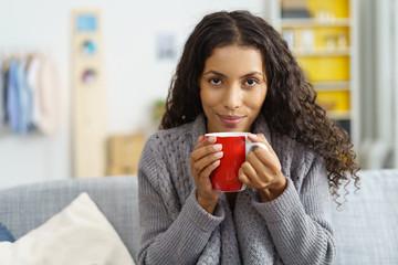 frau entspannt zuhause mit einer tasse tee