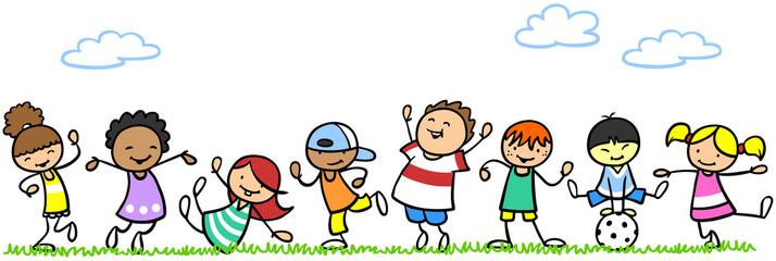 Aktive Kinder in Bewegung in der Natur
