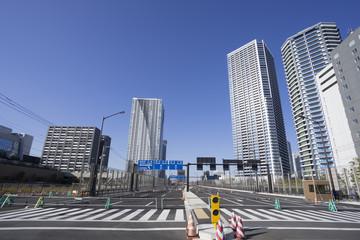 完成間近の晴海から汐留に繋がる道路と街並 快晴青空  環状2号線 通称オリンピック道路