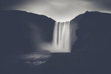Potężny wodospad - słynny Skogafoss na Islandii, monochromatyczny z silnym kontrastem. - 99452504