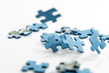 Puzzleteile auf weißen Hintergrund